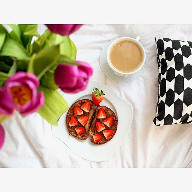 Kanapki z chlebem bezglutenowym z mąki ryżowej z nutellą i truskawkami 🍓😊☀️  ---> Zapraszam na moją stronę na fb https://m.facebook.com/eatdrinklooklove/ ❤ . .  Gluten-free bread with rice noodles with nutella and strawberries 🍓😊☀️---> I invite you to my page on fb https://m.facebook.com/eatdrinklooklove/ ❤