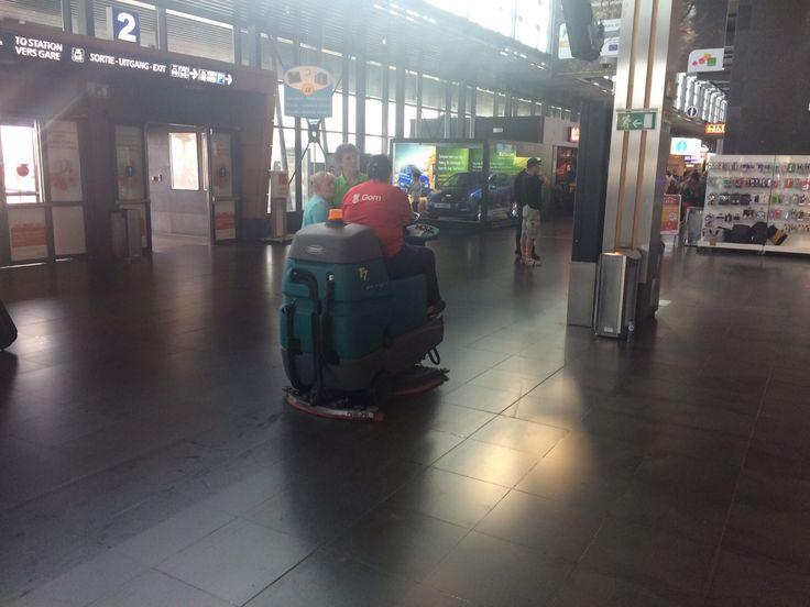 Fregadora Tennant T7 en aeropuerto de Charleroi (Bélgica)