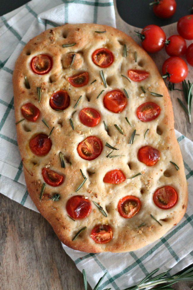 Focaccia met tomaat en rozemarijn en een kopje zelfgemaakte soep, heerlijk! Met dit recept heb jij vanavond een smakelijke focaccia op tafel staan.