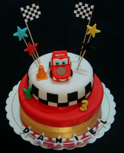 Torta decorada con fondant. Cars