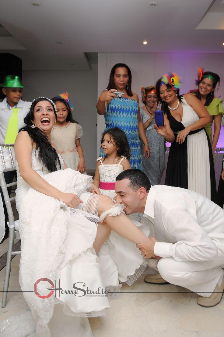 The Memories Photography & Video.  Para Bodas civiles y religiosas.  Quitando la Liga. #Novios# #liga# #boda# #copromiso# #homestudio# #vestido#