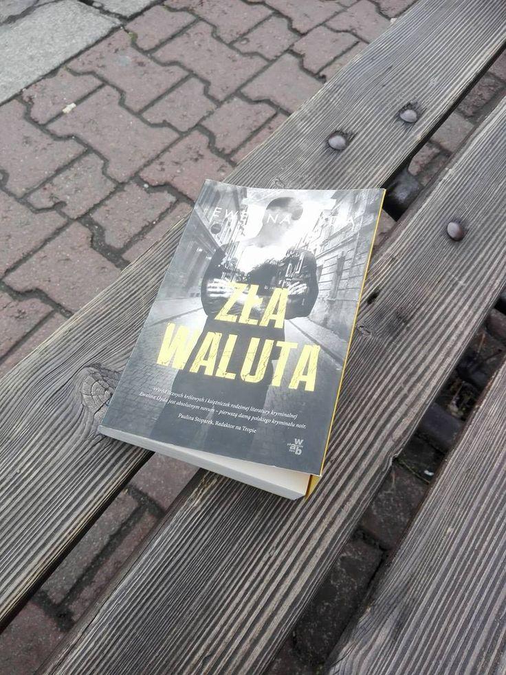 Akcja powieści Zła waluta toczy się w Tarnobrzegu. Jakub Rau jest prywatnym detektywem, który na co dzień śledzi niewiernych mężów. Do czasu...