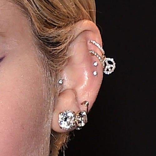 miley-cyrus-tragus-piercing