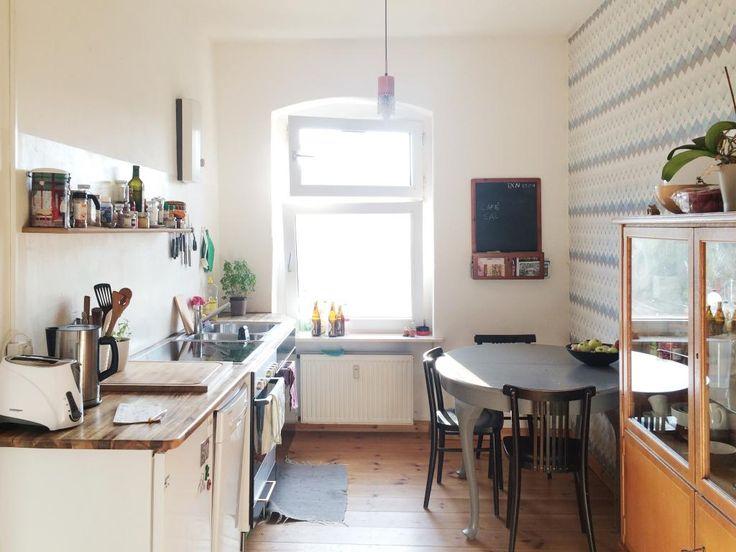Schöne helle Küche in Berlin Neukölln WG-Zimmer in Berlin - küche mit side by side kühlschrank