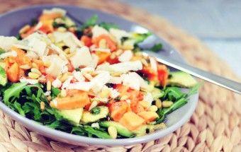 Papaya salade met avocado, pijnboompitten en oude geitenkaas