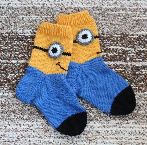 minion-sukat      -Pia Tuononen-     Koko: kengännumero noin 31     Tarvikkeet:   Novita 7 veljestä-lankaa, keltaista, sinistä, mustaa ja h...