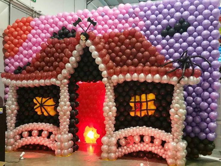 E' abbastanza dark per essere una casa di Halloween fatta di palloncini con il cielo rosa? solo io potevo pensare di utilizzare il glicine e il rosa per il cielo!!  #balloonart #balloon #balloons #palloncini #ideas #idea #sculpture #arch #coloumn #halloween #mwp
