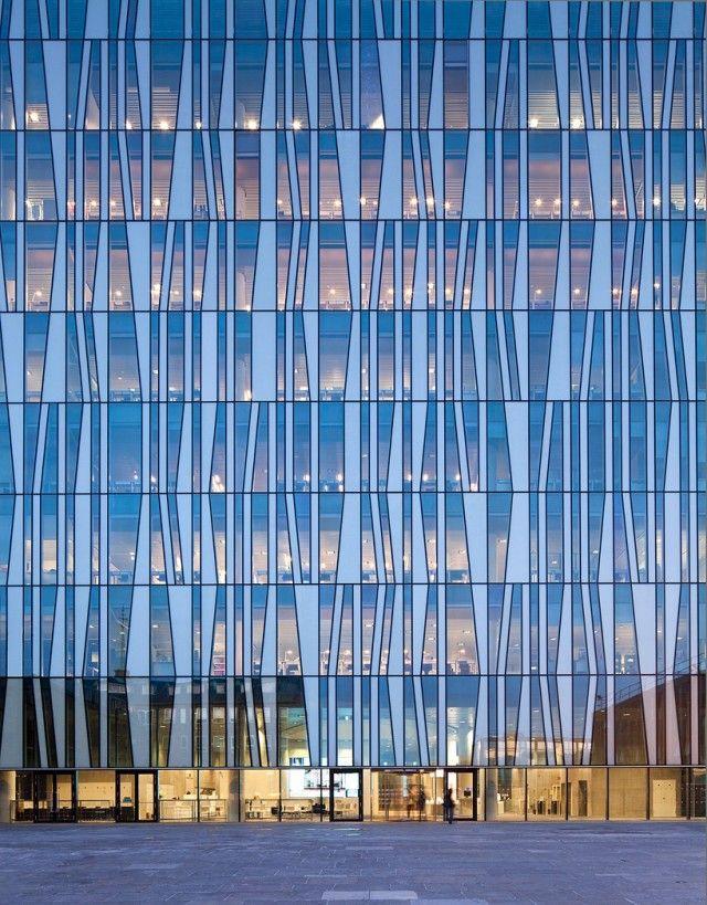 Récemment inaugurée par la reine Élisabeth II, la nouvelle bibliothèque de l'Université d'Aberdeen réalisée par Schmidt Hammer Lassen se dévoile en images