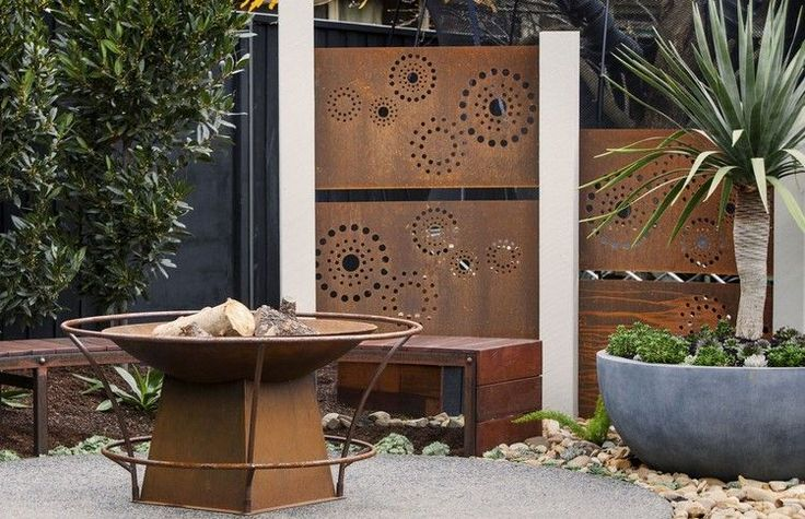 moderner sichtschutz und feuerstelle aus cortenstahl f r den garten garten pinterest. Black Bedroom Furniture Sets. Home Design Ideas