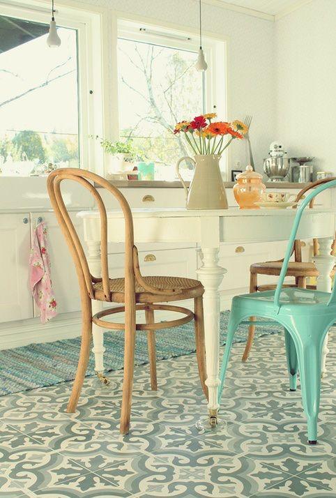 Cuisine vintage kichen le mélange de style de chaises carrelage tiles carreau de ciment