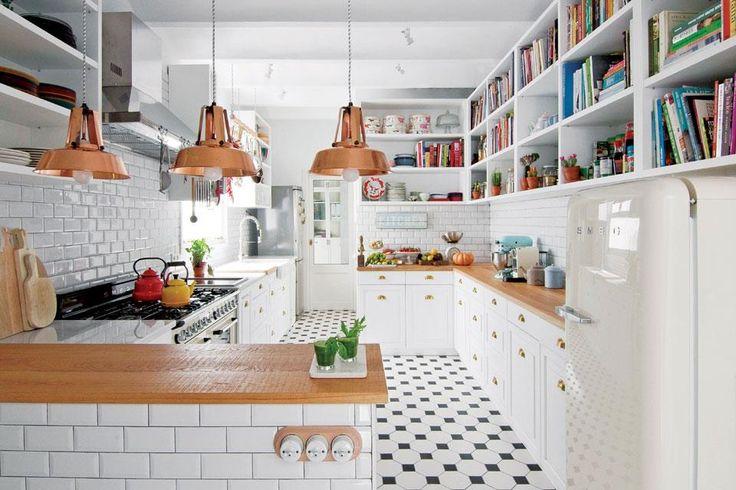 Un depto con base blanca y toques de color  El diseño de los muebles de cocina estuvo a cargo del Estudio. Se eligió el blanco para la alacena/biblioteca, que recorre casi todo su perímetro y los frentes del bajo mesada. Aquí también la trama del piso (Via Cerámica) es protagonista. De mosaicos blancos con tocetos negros, se combinó sin miedo.  Foto:Living /Gentileza Espacio en Blanco Estudio