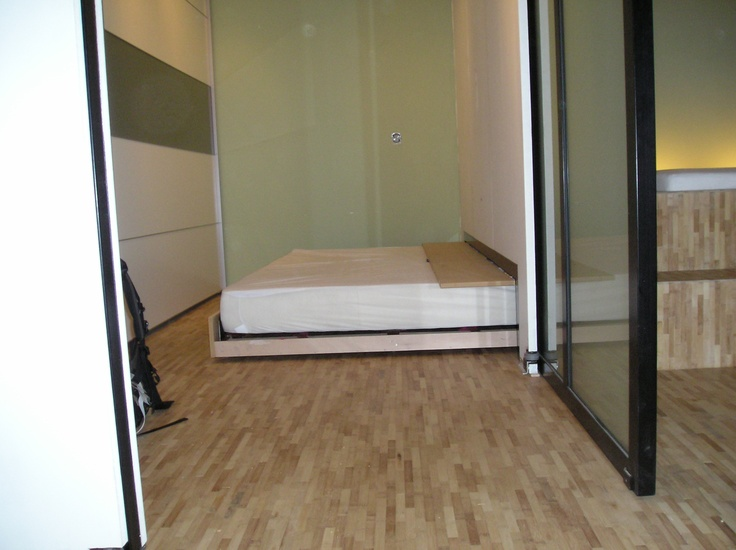 Tweepersoons bed met uitschuifbaar logeerbed en schuifdeuren voor een open ruimte met mogelijkheden om die af te sluiten