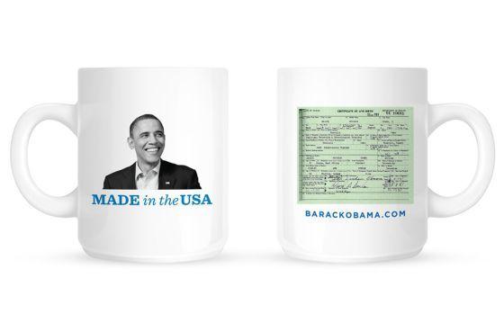 Imagen de la taza oficial de la campaña de Barack Obama, con su certificado de nacimiento.