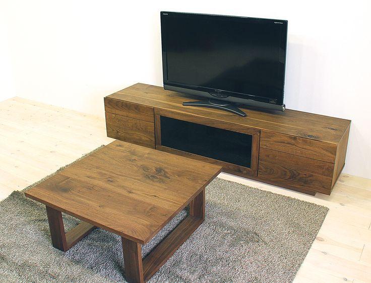 当店のテレビボード「凛(幅1800/タイプ2/ウォールナット)」、センターテーブル「彩美(幅750/ウォールナット)」です。 「凛」の特徴は天然木・無垢材を活かしたシンプル、シックでモダンな高級感、「彩美」の特徴は節を活かした天然木の存在感です。自然工房【kyno.jp】