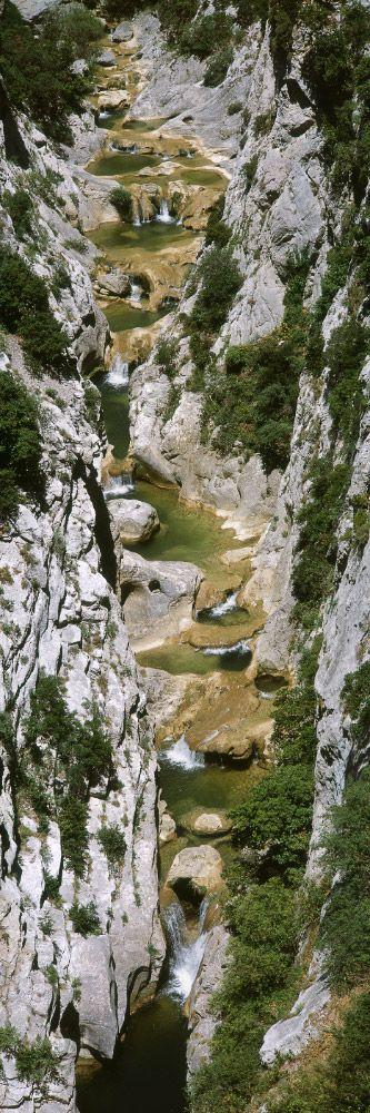 Culture: Gorges de Galamus, Corbières ~ Pyrénées-Orientales. C'est un gorge où vous pouvez aller a bicyclette, se promener, ou condruire pour voir la vue.