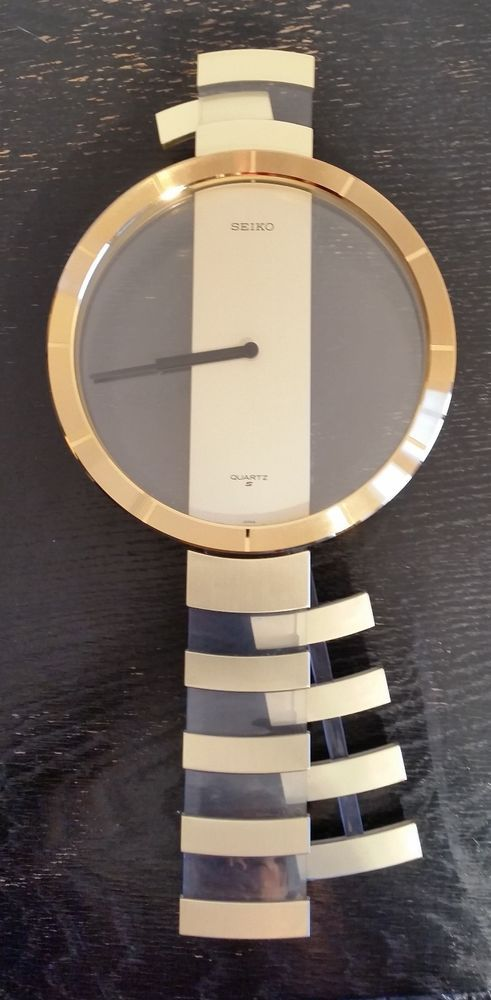 Verkaufe eine Wand-Pendeluhr QPH108G von Seiko. Die Uhr stammt wahrscheinlich aus den 1980er Jahren.  Wenn man eine Batterie einlegt, bewegt sich der Zeiger und das Pendel bewegt sich. Mehr kann ich zur Funktion der Uhr nicht sagen.  Höhe der Uhr: 47,5 cm Breite: 22,2 cm Gewicht: 692 gr.