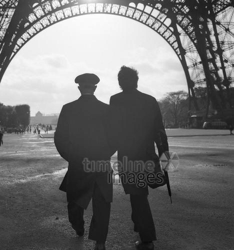 Zwei Männer unter dem Eiffelturm in Paris, 1967 Juergen/Timeline Images #Atmosphäre #atmosphärisch #Design #Designkonzept #Farben #Konzept #kreativ #Kreativität #Moodboard #Mood #Stimmung #stimmungsvoll #Thema #Moodboardideen #Moodboarddesign #Paris #Cafe #Kontraste #Touristen #Jacken #Mäntel #60er