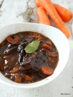 Une recette traditionnelle de boeuf bourguignon avec le petit secret pour avoir une viande tendre à tous les coups ! French recipe