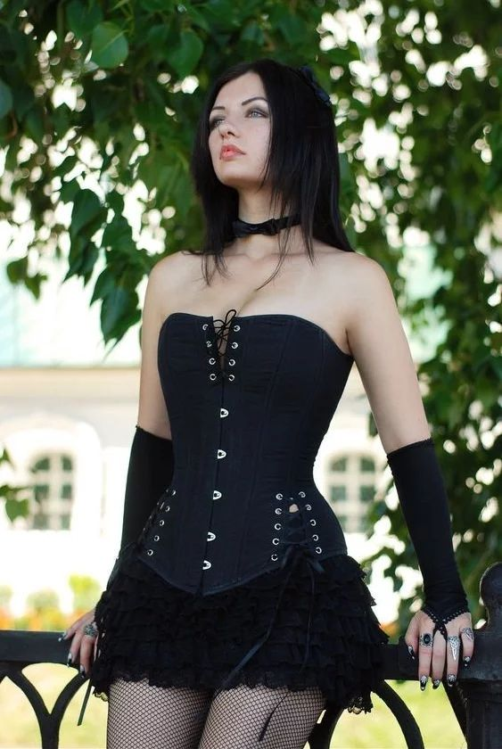 Фото: stock_girl_in_black_corset_by_lienskullova