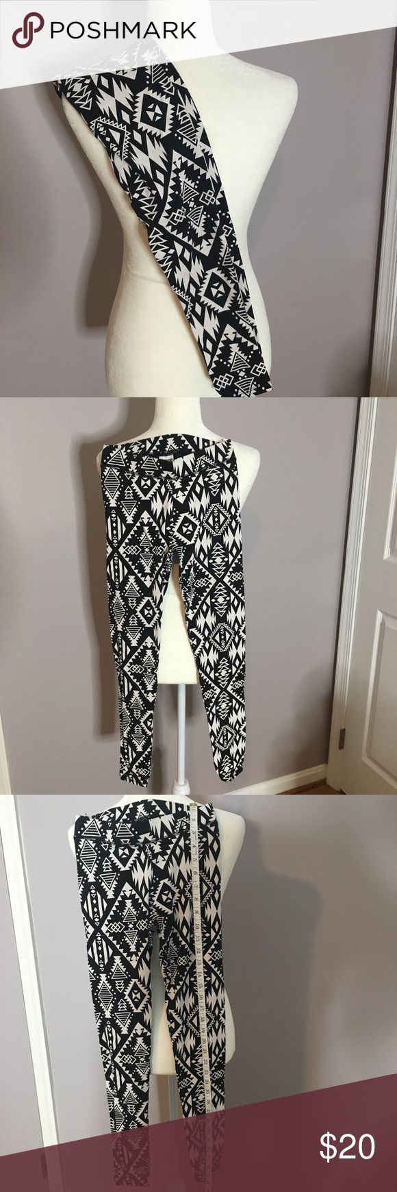 PINK aztec leggings Size XS PINK by Victoria's Secret Aztec black and white long leggings size XS. These are in excellent pre-owned condition. PINK Pants Leggings