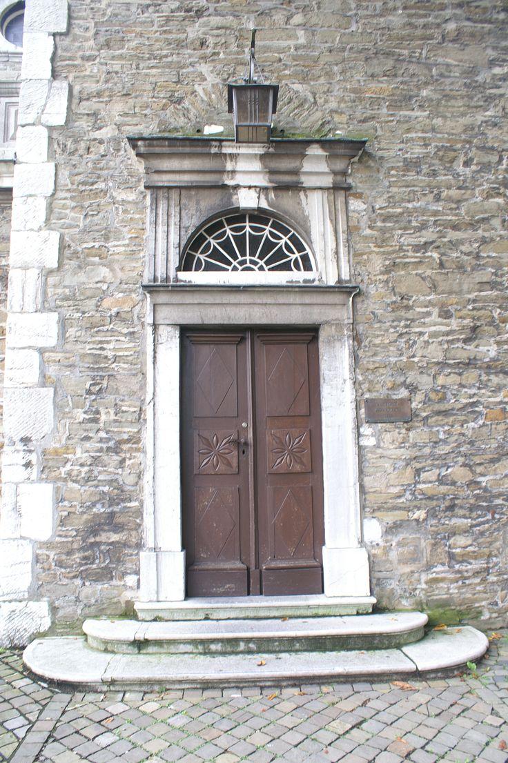 De deur van een protestante kerk. Dicht! Niet open zoals bij de katholieken! Stolberg.