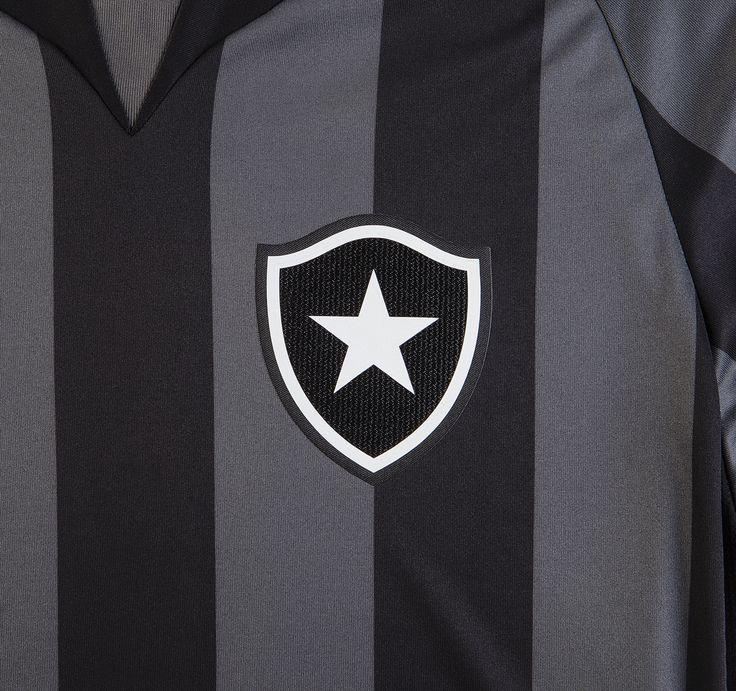 Pensando no conforto dos atletas, o brasão do Botafogo é feito em termocolante com corte a laser, técnica que reduz o atrito entre a peça e o corpo durante as partidas.