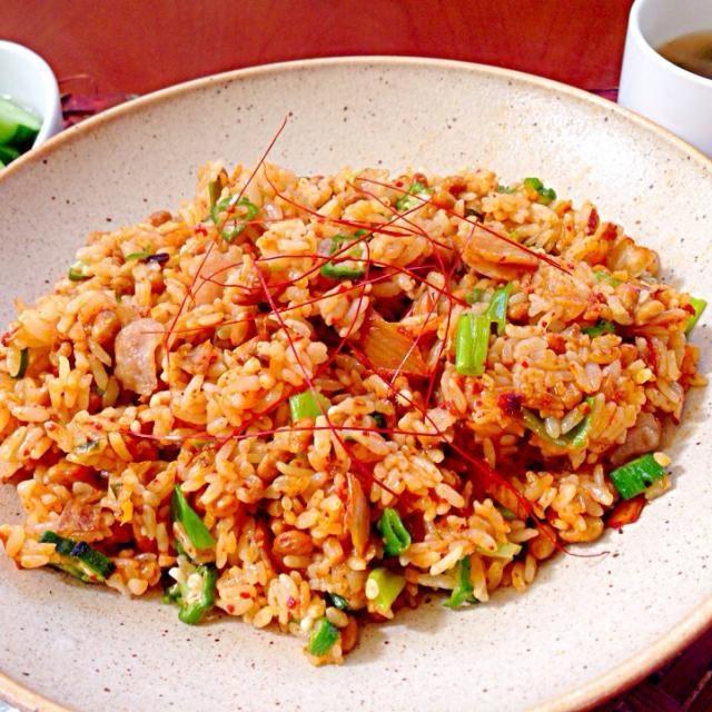 先日残ったご飯でお夜食用に作っていたら、チビが一口味見〜美味しいもっと✌️と食べられたので、胡椒少々でも辛いx2という姫にもどう?とちょいと勧めたらもっと食べたいとチビ〜ズのキムチデビュー 今回のキムチが良かったのか、今ハマってる豚キムチ納豆炒飯(^o^) ワカメと大根の中華スープで久々のがっつりご飯ランチ - 54件のもぐもぐ - Pork&natto kimchi fried rice豚肉キムチ納豆チャーハン by honeybunnyb