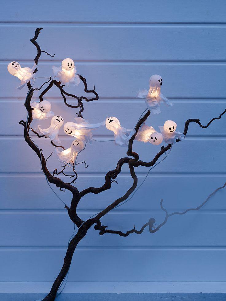 burda style, Anleitung - Ihr wollt Halloween Dekoration selber basteln? Wir haben eine Anleitung für eine schaurig-schöne Lichtergirlande mit Geisterlichtern. Damit haucht ihr dem Raum einem romantisch düsteren Charme ein - und einfach zu basteln ist die Girlande zudem!  Geistergirlande