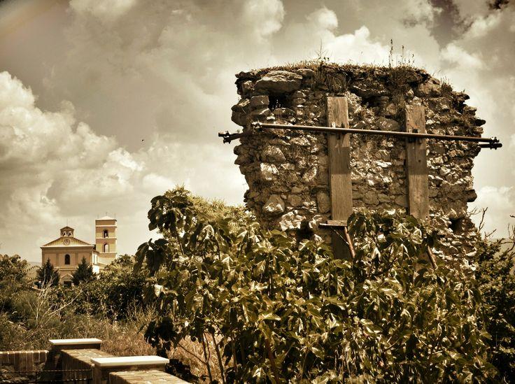 Basilicata, GRUMENTO NOVA (PZ) - Castello dei Sanseverino - era difeso da possenti mura ed alte torri, la più alta delle quali, detta guardaroba, permetteva dalla sua sommità di scorgere la costa Jonica. Il complesso, dotato anche di un teatro, era finemente addobbato con pitture ed arredi.