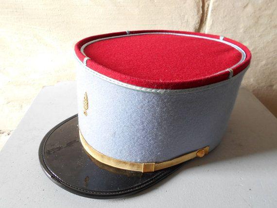 Vintage chapeau militaire ou pompier, chapeau de képi Français, bonnet de laine rouge bleu. Français l