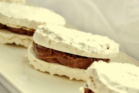 Ušleháme tuhý sníh z bílků a zašleháme cukr. Vmícháme mouku promíchanou s nastrouhanými oříšky. Vmícháme rozpuštěné vychladlé máslo. Hmotu dáme do formy na laskonky a v mírně vyhřáté troubě pečeme. Vychladlé plníme čololádovým krémem. Čokoládový krém: Z mléka a pudinkového prášku uvaříme hustý krém a necháme vychladnout. Vmícháme změklé máslo utřené s cukrem. Rozlámanou čokoládu rozehřejeme v horké vodní lázni a pomalu ji zašleháme do máslové hmoty. Mícháme, až vznikne hladký a lesklý krém.