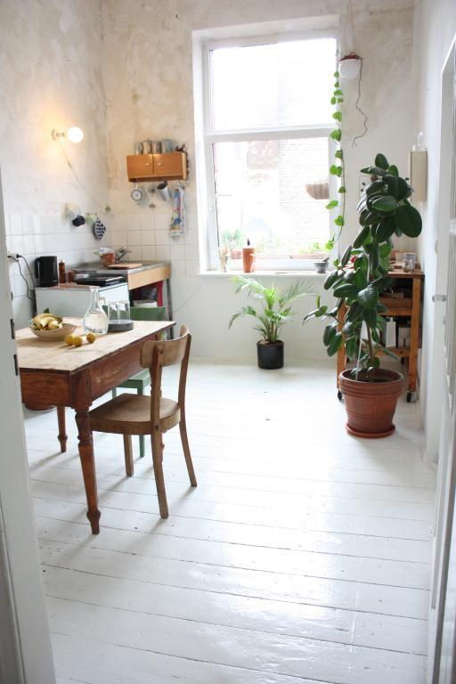Trend Helle K che mit wei en Dielen in geschmackvoll eingerichteter Altbauwohnung in D sseldorf