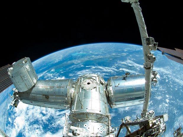 Esta imagen proporcionada por la NASA muestra una porción de la Estación Espacial Internacional fotografiada por un tripulante el jueves 30 de agosto de 2012. Dos astronautas realizaron una caminata el miércoles 5 de septiembre de 2012 para hacer reparaciones eléctricas.