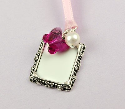 The Butterfly Photo Frame wedding charm is a pretty way to remember a loved one at your wedding, simply place their photo into the frame and hang the charm from your bouquet. Available in gold, antique gold or antique silver and a fabulous range of bead and ribbon colours.