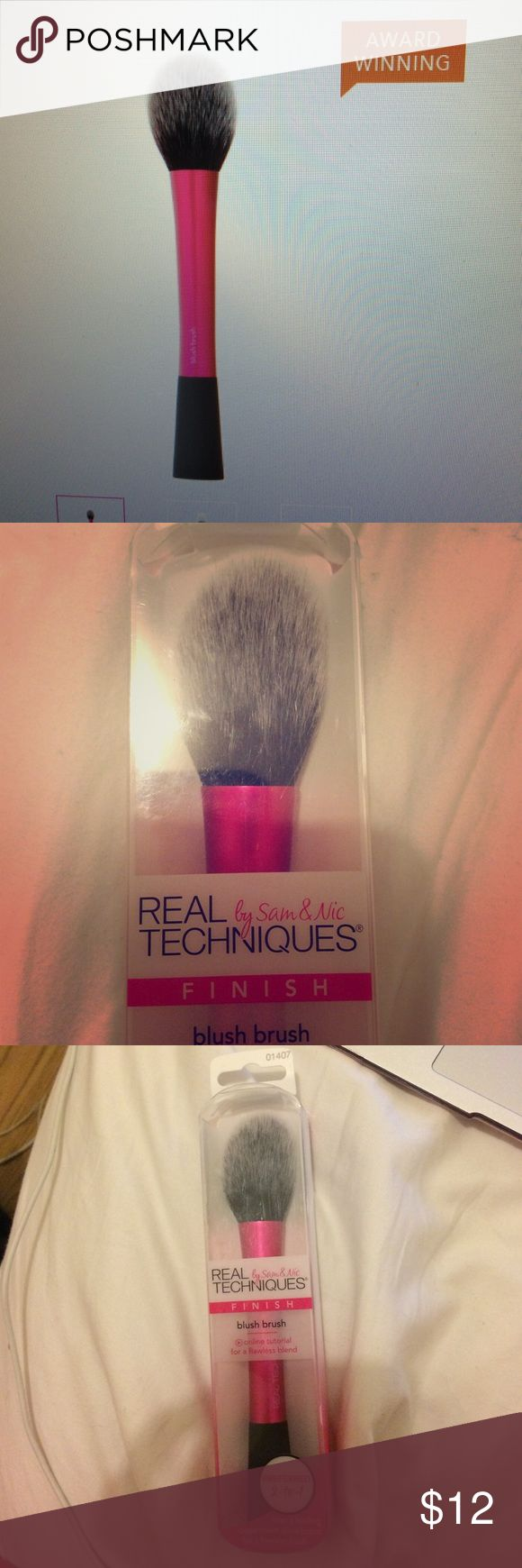 Award Winning Blush Brush Blush brush is custom-cut to contour and define cheeks for flawlessly blended, high defined results. *ideal for cream or powder blush. Real Techniques by Sam & Nic Makeup Brushes & Tools
