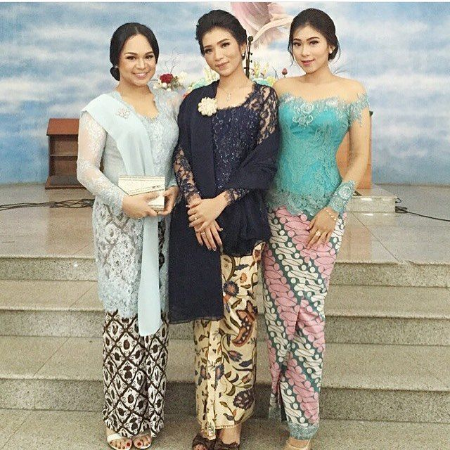 There's something about wearing a 'selendang' on your shoulders that make you look very classy and ladylike. Regram from @eudiajosephine. Thank you! #kebayainspiration #kebaya #Indonesia