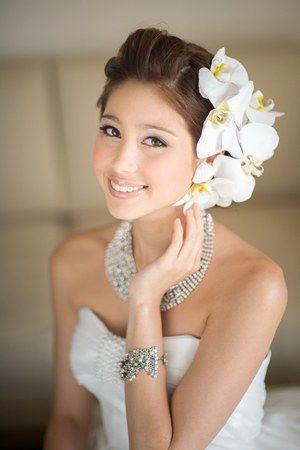 ポンパドールでアップスタイルに大ぶりの花をサイドにつけて♪ ♡花嫁の髪型ハワイ・ビーチ参考一覧♡