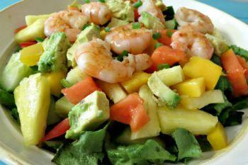 Салат к шашлыку из креветок и авокадо