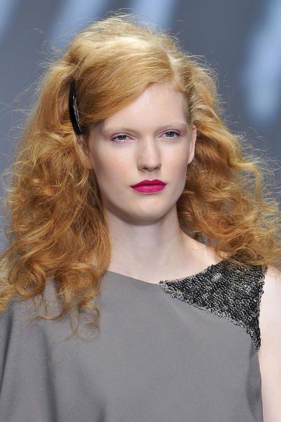 modella con i capelli rossi biondi alla radice e più scuri sulle punte