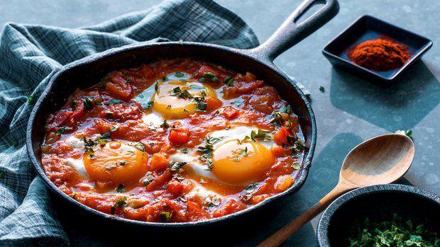 Někdy je po příchodu z práce nejtěžší vymyslet, co budete vařit k večeři. Proto se hodí mít v zásobě pár bleskových receptů, které zvládnete připravit za chvíli a z toho, co najdete doma v lednici a ve spíži. Pokud tam nechybí pár vajec, máte vyhráno…