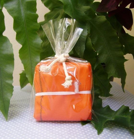 > Sacola dobrável feita um TNT medindo 35x50cm, em cores variadas (vide palheta de cores) > Quando dobrada cada sacola mede somente 8x8cm (pode ser levada na bolsa ou carro).  > Pode ser reutilizada várias vezes e também é resistente a lavagem (manual ou máquina lavar) > Suporta peso entre 5,0kg. e 6,0kg. > A alça em cordão de algodão cru possibilita carregar a sacola na mão ou no ombro (veja nas fotos ao lado).  > Para saber como conservar sua Ecobag de TNT visite o Blog…