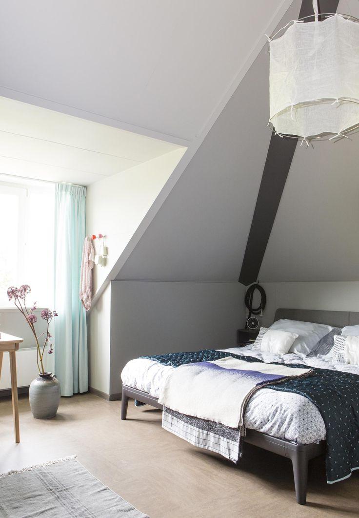 De slaapkamer op zolder van Natasja en Guiseppe uit aflevering 4, seizoen 3 | Weer verliefd op je huis | Make-over door: Fietje Bruijn | Fotografie Barbara Kieboom