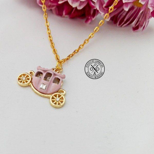 Aranyszínű nyaklánc tökhintó medállal - 2190 Ft  Visszafogott, vékony láncon bájos, apró strasszokkal díszített, rózsaszín tökhintó. Hercegnőknek kötelező darab!  A nyaklánc hossza: 45 cm