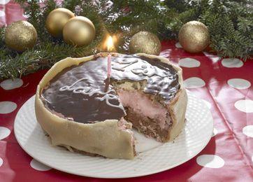 Nøddekage med chokoladecreme og jordbærskum