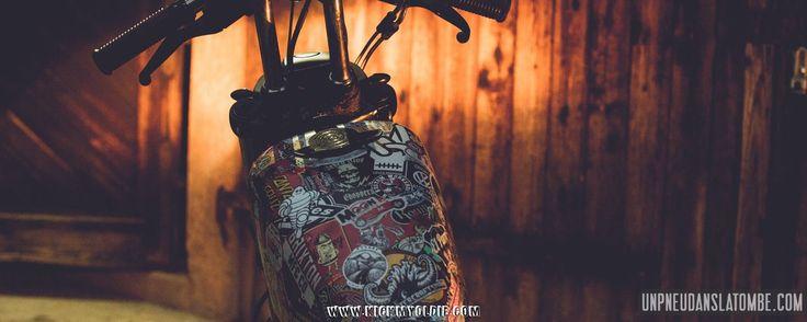 Ras-le-bol de ta peinture d'origine ? Pas les moyens de t'offrir une déco perso ? Rapide et pas cher, le sticker bombing peut changer le look de ta moto !