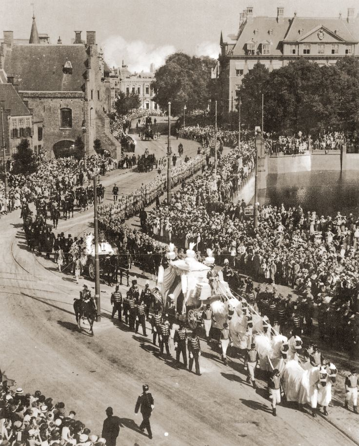 De begrafenisstoet van Prins Hendrik langs de hofvijver op weg naar Delft