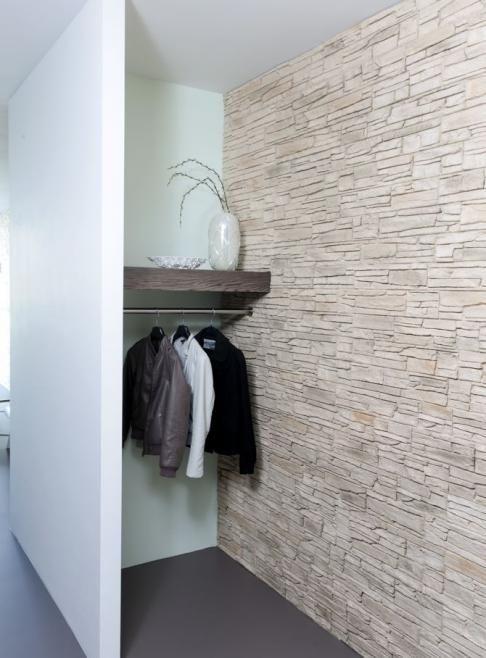 Hal met steenstrips en gietvloer die doorloopt tot in de woonkamer. Door Remy Meijers (in 1995 cum laude afgestudeerd aan de HKU)