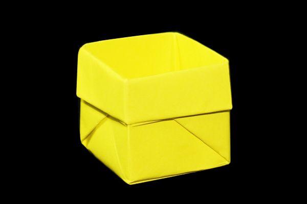 少しだけ丈夫な箱の折り方です。色んな色の折り紙で折って並べるととてもきれいな小物入れになりますね。一般的で簡単な箱の作り方です。折り紙Japanは保育園・幼稚園での折り紙 制作や人気がある封筒や箱・飾り・財布などの折り方を紹介しています。