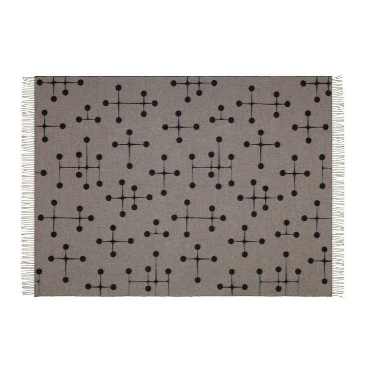 VITRA - Wolldecke Eames, Dot Pattern, 1,35 x 2m| SCHÖNER WOHNEN-Shop  Die Komposition aus Kreuzen und Kreisen erinnert an die abstrakten Gemälde Ray Eames' aus den 1930er-Jahren. Ein besonderes Highlicht dieser Decke: Sie ist von der einen Seite grau mit schwarzem Muster und auf der anderen Seite schwarz mit grauem Muster.
