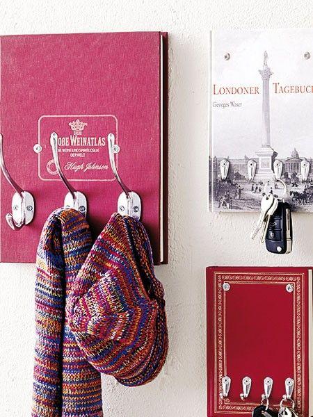 Werfen Sie alte Bücher nicht weg. Mit Kleiderhaken und Heißkleber werden sie zur originellen Garderobe im Flur.